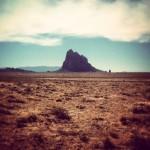 On a changé de décor. Fini les sapins du Colorado, bonjour les terres arides du Nouveau-Mexique. Sur la photo, on voit shiprock au fond