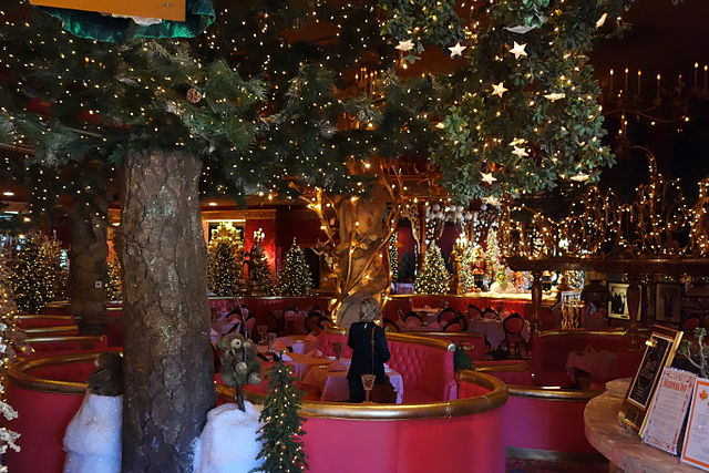 640px-Christmas_decor_-_Madonna_Inn_-_DSC05857