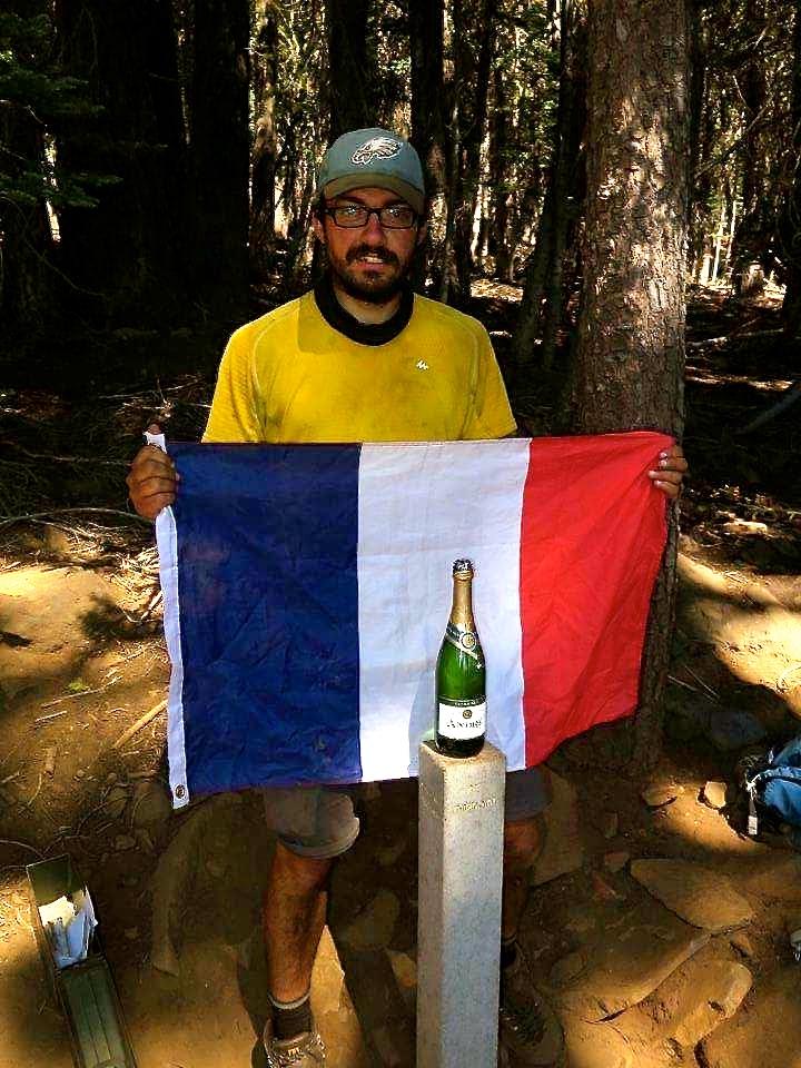 Drapeau français et champagne pour célébrer l'arrivée au midpointIMG_1956