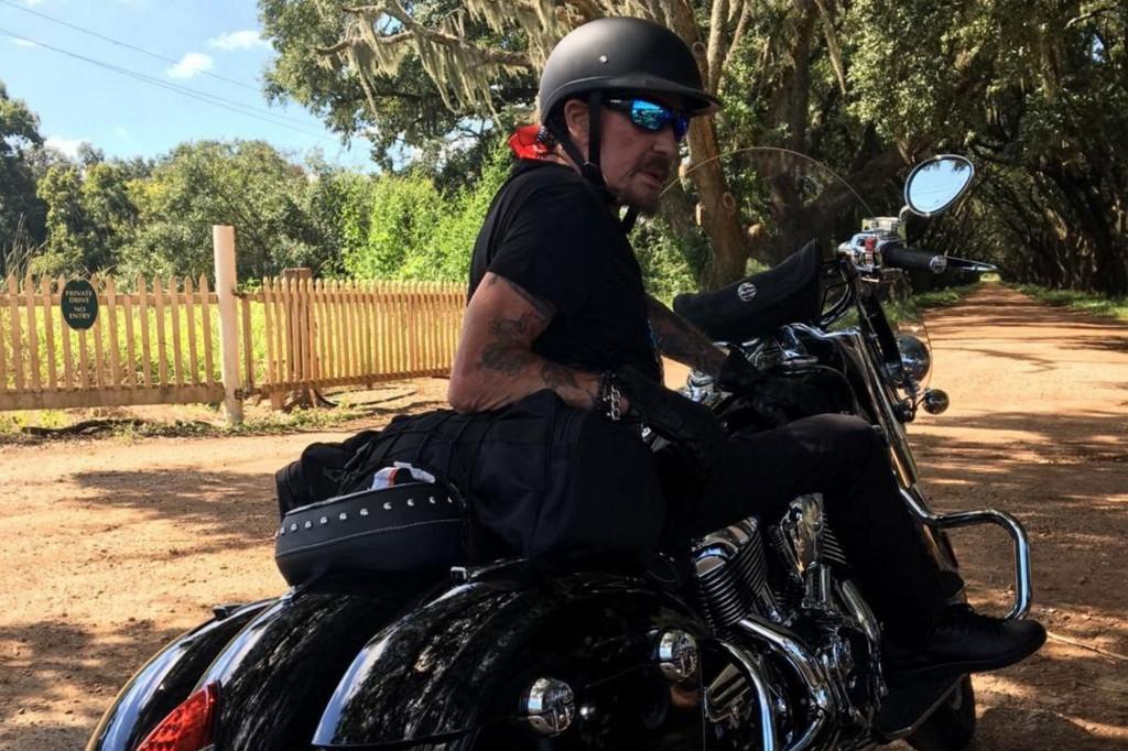 En-road-trip-aux-Etats-Unis-Johnny-Hallyday-craque-pour-une-chienne-abandonnee-2