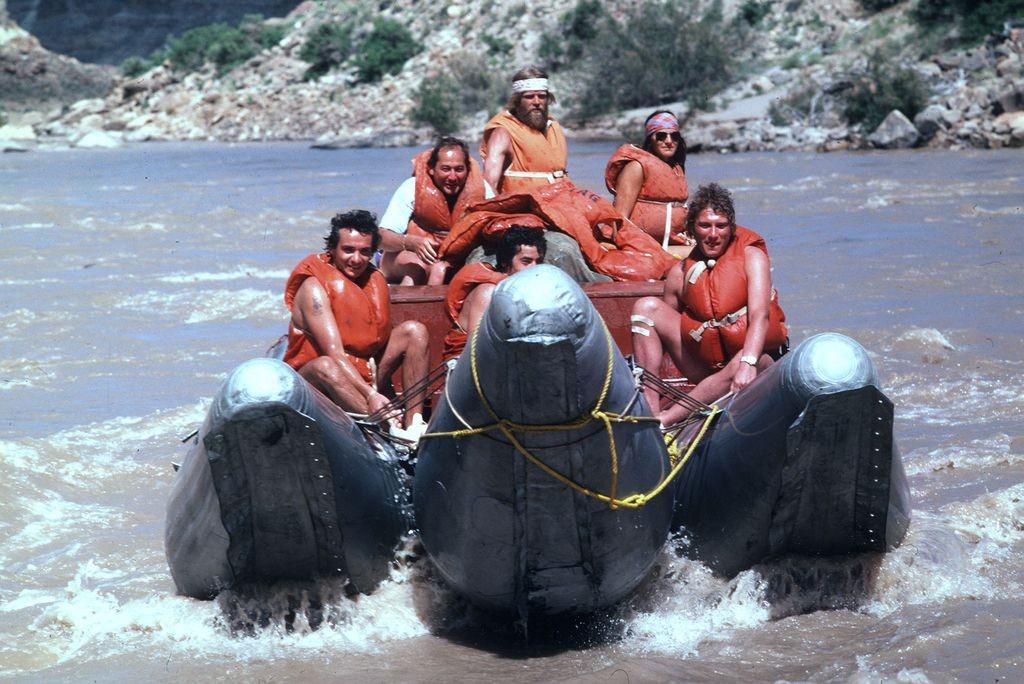 Johnny-Hallyday-et-Michel-Sardou-descendent-en-radeau-le-Colorado-en-1978_width1024